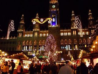 Rathaus_during_Christmas_time-Vienna