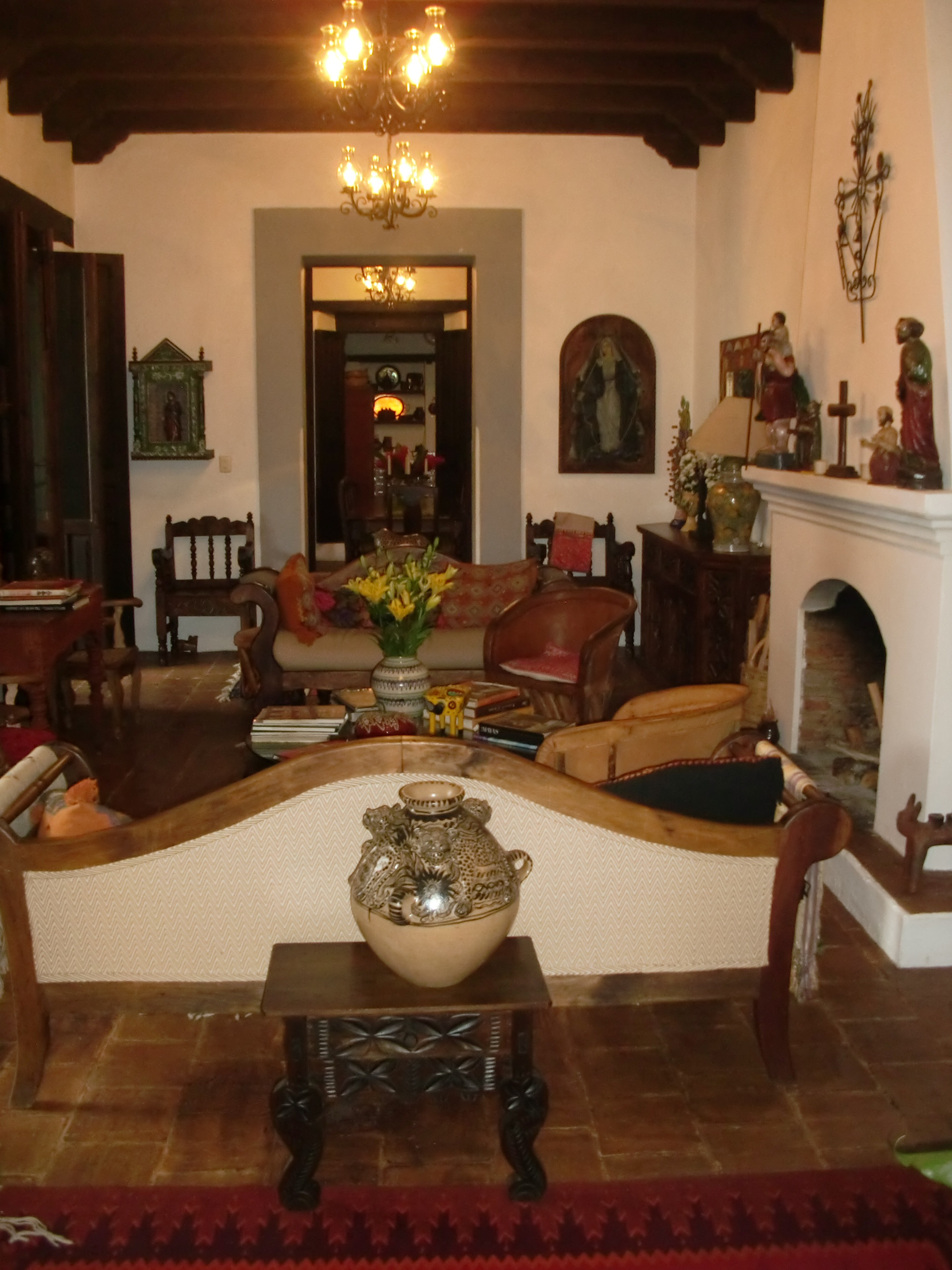 In search of the real mexico in san cristobal everett for Decoracion colonial mexicana