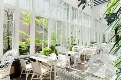 The outdoor dining area at Les Climats, Paris